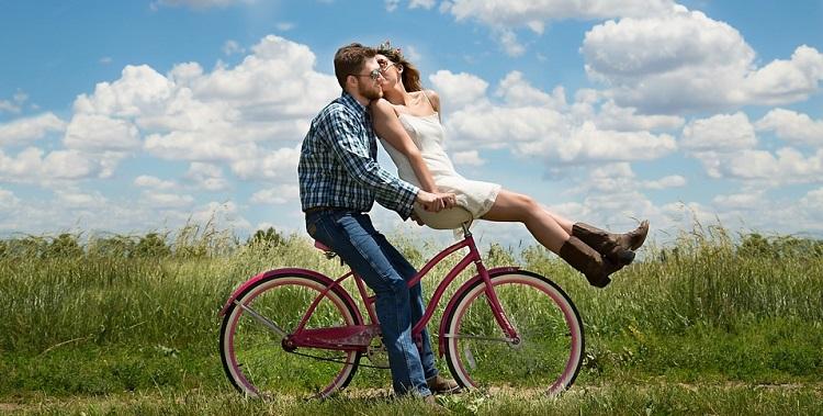 Casal andando bicicleta
