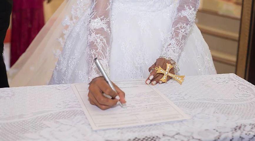 Casamento Solidário - noiva assinando papeis casamento
