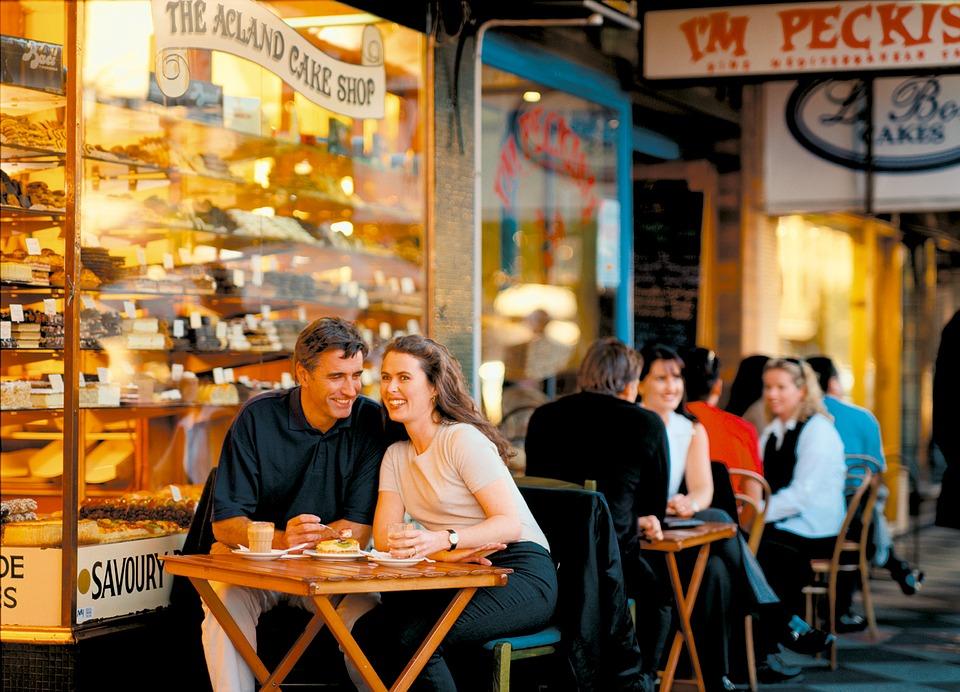 casal-conversando-restaurante